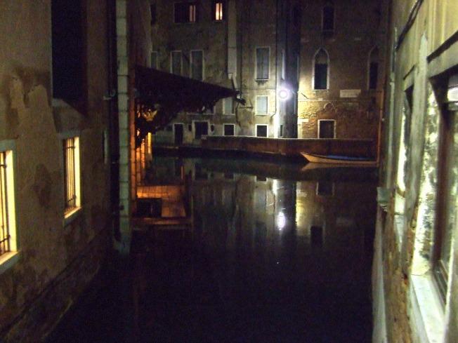 Canal_de_Venecia_de_noche_2,_17-01-2008
